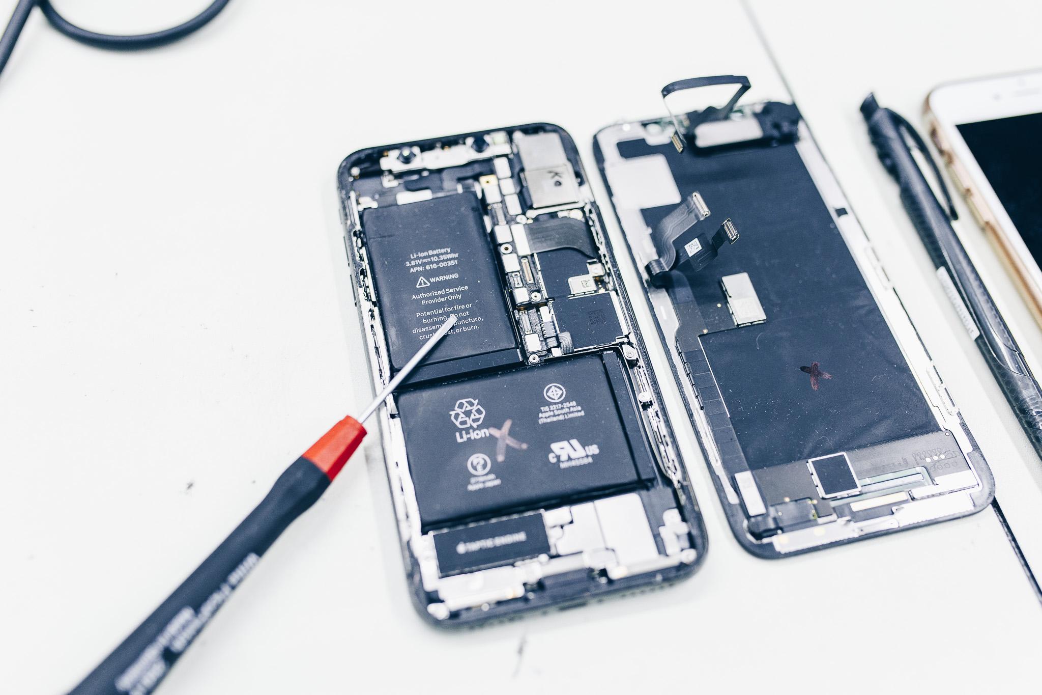 Jak vypadá iPhone mobil uvnitř - rozebraný iPhone telefon