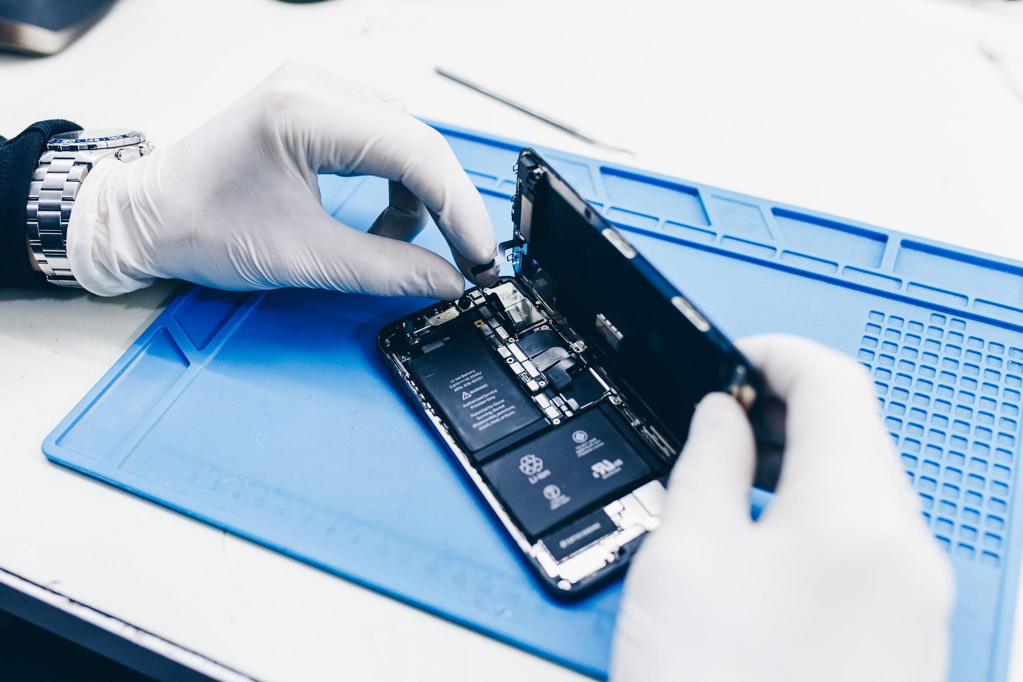 Čištění iPhone od specializovaného servisního technika Appleguru