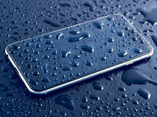 Zmoklý iPhone nebo namočený ve vodě