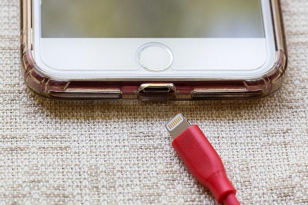 Nefunkční iPhone konektor
