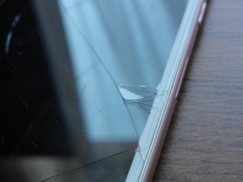 nebezpečný rozbitý display iphone